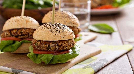 Karantina Günlerinde Hazırlayabileceğiniz 4 Farklı Ev Yapımı Burger Tarifleri